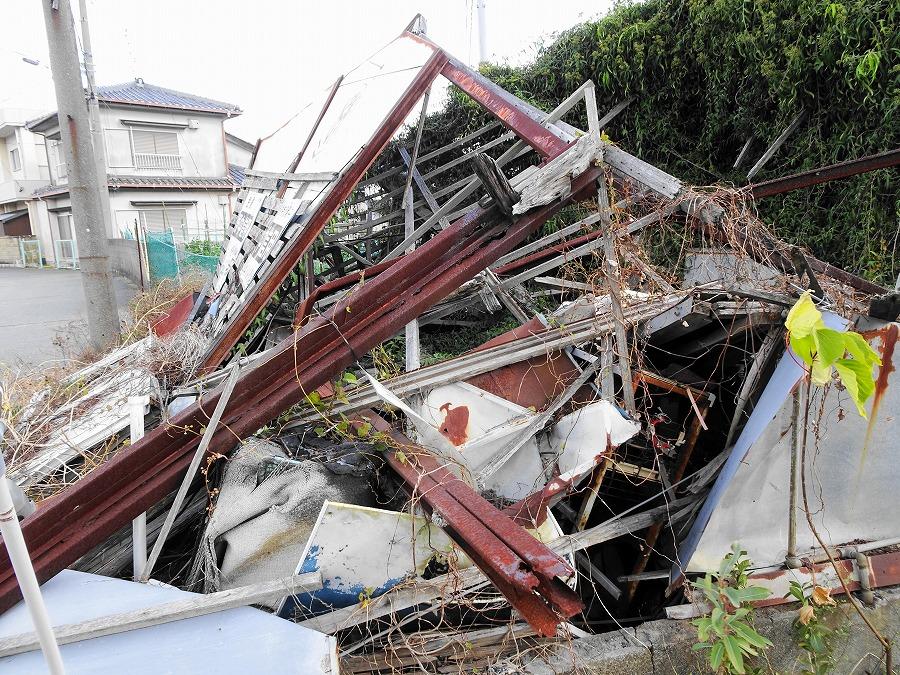 シロアリ被害を受けたあと強風で倒壊したとみられる建物